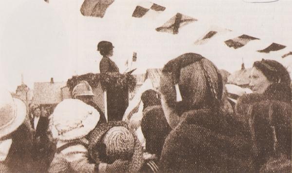 Ingibjörg H. Bjarnason í ræðustól á Austurvelli 19. júní 1916
